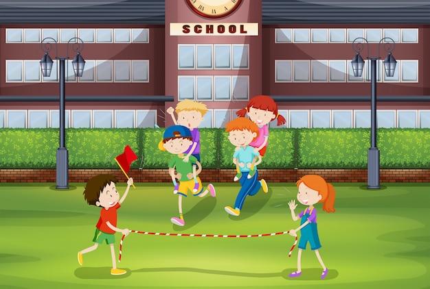 Jongens en meisjes spelen op de rug