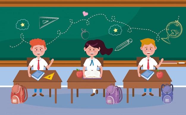 Jongens en meisjesstudenten in het bureau en de rugzak