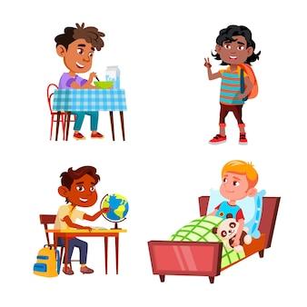 Jongens kinderen doen dagelijkse routine activiteit set vector. preteen schooljongen die wakker wordt en ontbijt eet, naar school gaat en studeert op les, dagelijkse routine. tekens platte cartoon illustraties