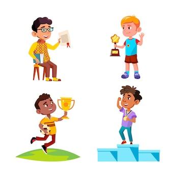 Jongens kinderen vieren overwinning met award set vector. winnaars van kinderen die op voetstuk staan met medaille en beker vasthouden, gewonnen in voetbalcompetitie, diploma en prijs. tekens platte cartoon illustraties
