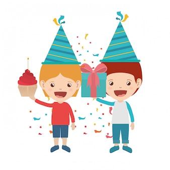 Jongens met feestmuts in verjaardagsviering