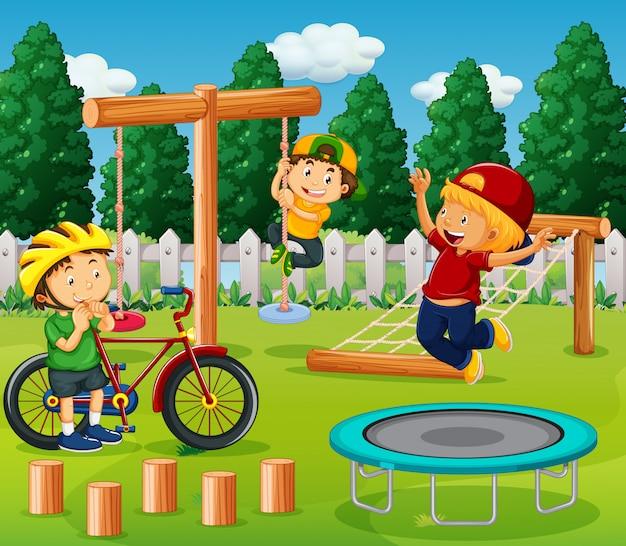 Jongens spelen in de speeltuin