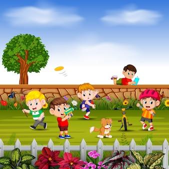 Jongens sporten en spelen samen op het erf