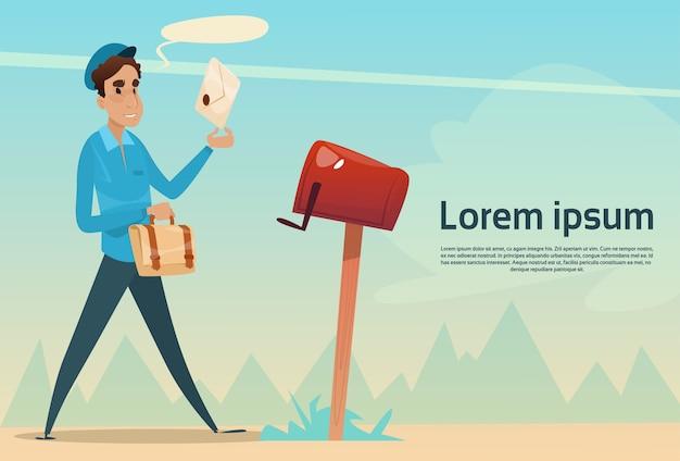 Jongensbrievenbesteller die brievenenvelop in de postdienst van de brievenbus zetten