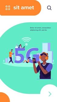 Jongeren die 5g snelle draadloze internetverbinding gebruiken. mannen en vrouwen gebruiken digitale apparaten met gratis wifi in de stad