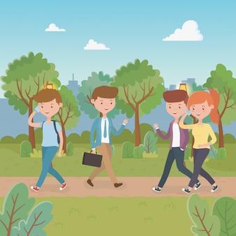 Jongeren die in de parkkarakters lopen