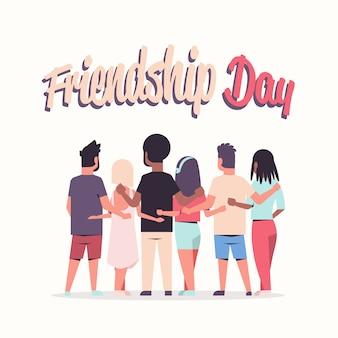 Jongeren groep omarmen achteraanzicht mannen vrouwen knuffelen vriendschap dag viering vrienden plezier wenskaart