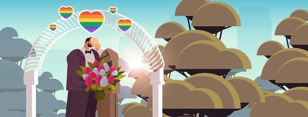 Jonggehuwde homo paar met bloemen zoenen in de buurt van huwelijksboog transgender liefde lgbt gemeenschap bruiloft viering concept portret horizontale vectorillustratie