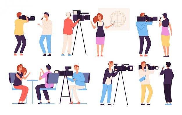Journalist karakters. omroep nieuws journalisten directeur omroep cameraploeg cameraman uitzending tv studio reportage vector