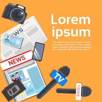 Journalist werkplekconcept bovenaanzicht van krant, microfoon, bandrecorder