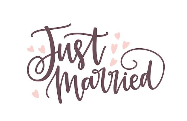 Just married-zin of inscriptie geschreven met een elegant cursief kalligrafisch lettertype of schrift en versierd met schattige kleine hartjes