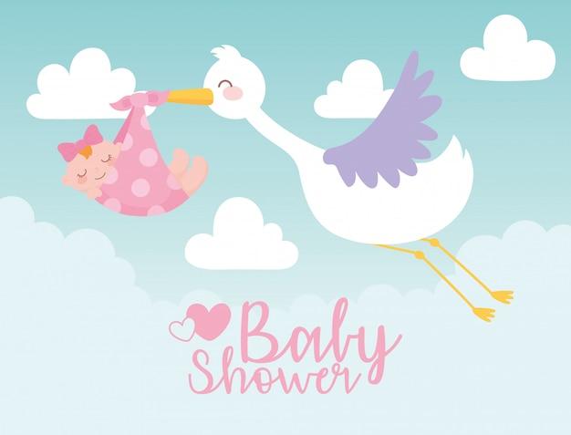 Kaart van de babydouche, ooievaar die klein meisje in deken draagt, welkom pasgeboren vieringskaart