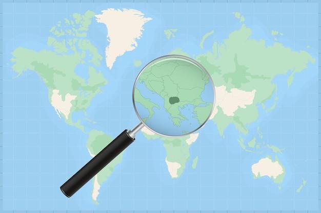 Kaart van de wereld met een vergrootglas op een kaart van macedonië.