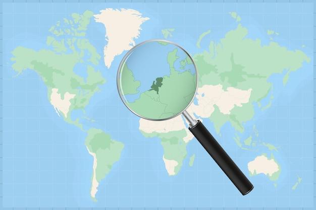 Kaart van de wereld met een vergrootglas op een kaart van nederland.