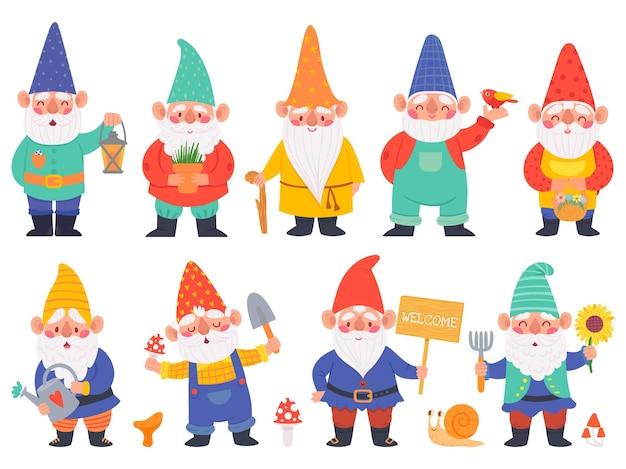 Kabouter karakters. leuke kabouters met baard grappige tuindecoratie, schattige dwergen met lantaarn, gieter en bloemen cartoon vector set. karakter met schop met paddenstoelen, pot met plant