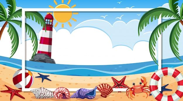 Kadersjabloon met zeeschelpen en krab op het strand
