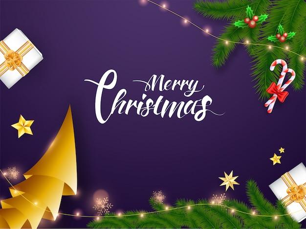Kalligrafie merry christmas tekst met origami papier kerstboom, snoepgoed, pijnboombladeren, hulst bessen, geschenkdozen en verlichting garland versierd op paarse achtergrond.
