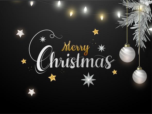 Kalligrafie merry christmas tekst versierd met sterren, hangende kerstballen, pijnboombladeren en verlichting garland op zwarte achtergrond.