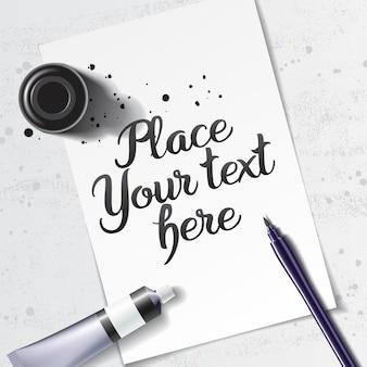 Kalligrafie mockup met penseel pen en zwarte inktfles op de ruimte van wit vel papier en grunge tafel
