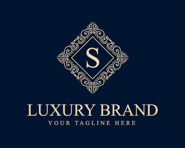 Kalligrafische vrouwelijke bloemen schoonheid logo hand getrokken heraldische monogram antieke vintage stijl luxe ontwerp geschikt voor hotel restaurant café koffie winkel spa schoonheidssalon luxe boetiek cosmetica