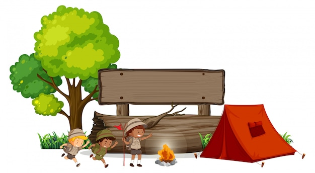 Kamperende kinderen met houten banner