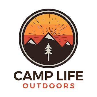 Kampleven buitenshuis logo, retro camping avontuur embleem ontwerp met bergen en bomen. vector