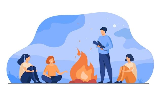 Kampvuur, kamperen, verhalen vertellen. vrolijke mensen die bij het vuur zitten, enge verhalen vertellen, plezier maken. voor zomerse buitenactiviteiten of vrije tijd met onderwerpen van vrienden
