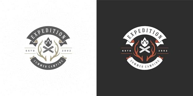 Kampvuur logo embleem vector illustratie buiten bos camping vreugdevuur silhouet voor shirt of print stempel. vintage typografie badge ontwerp.
