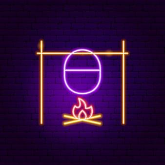 Kampvuur met pot neon sign. vectorillustratie van brandbevordering.