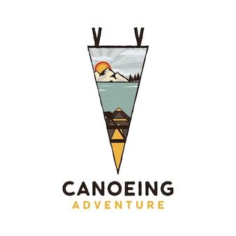 Kano-avontuurlogo, retro campingembleemontwerp met kajak, bergenscène en meer. vector