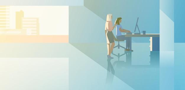 Kantoor interieur open-ruimte platte ontwerp vectorillustratie. man zit te werken met desktopcomputer met boss klant client staande.