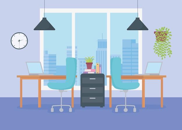 Kantoor werkplek bureaus stoelen kast laptop plant hangende lampen en raam.