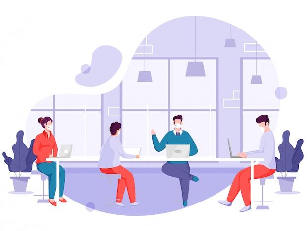 Kantoormedewerkers dragen een gezichtsmasker op de werkplek met behoud van sociale afstand om de verspreiding van het coronavirus te voorkomen.