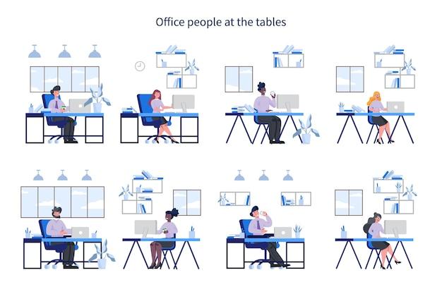 Kantoormensen met op hun werkplek et. vrouw en man in smart casual zitten aan de balie en werken op de computer. werknemer in functie.