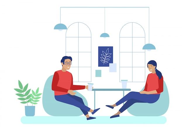 Kantoorpersoneel heeft koffiepauze in coworking space