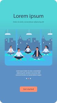 Kantoorpersoneel in yogagroep plat