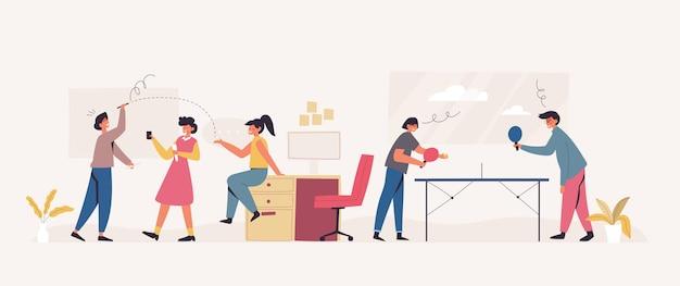 Kantoorpersoneel speelt samen een spel in ontspannende tijd
