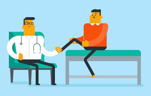 Kaukasische fysio die het been van een patiënt controleert.