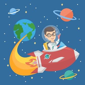 Kaukasische glimlachende jongen die een ruimteschip berijdt.