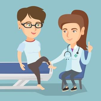 Kaukasische gymnastiek arts die enkel van een patiënt controleert.