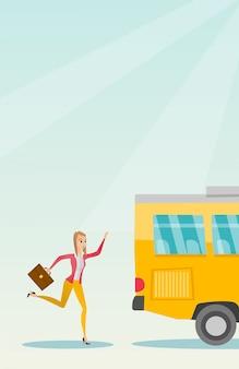 Kaukasische laatecompervrouw die voor de bus loopt.