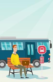 Kaukasische mens die op een bus bij de bushalte wacht.