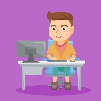 Kaukasische schooljongen die aan een computer thuis werkt.