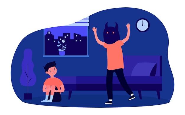 Kerel in masker van monster dat kleine jongen bang maakt. platte vectorillustratie. broer of vriend met eng masker die een bang kind aanvalt dat op de vloer zit in de donkere kamer. angst, nachtmerrie, grap, fobieconcept