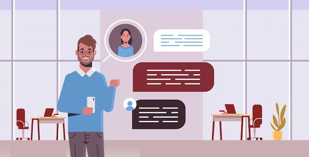 Kerel met behulp van smartphone sociaal netwerk praatjebel communicatieconcept