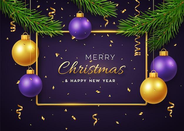 Kerst achtergrond met hangende glanzende gouden en paarse ballen gouden metalen frame en pijnboomtakken