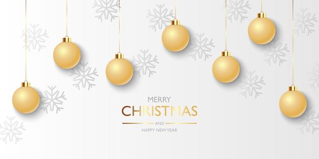 Kerst achtergrond met hangende gouden kerstballen en sneeuwvlokken