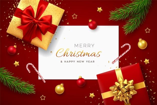 Kerst achtergrond met vierkante papieren banner realistische rode geschenkdozen met rode en gouden bogen pijnboomtakken