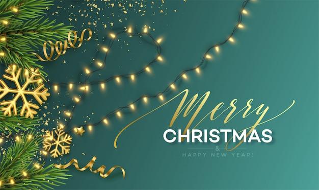 Kerst banner. realistische sprankelende slinger lichten met gouden sneeuwvlokken en gouden klatergoud op een achtergrond met kerstboom takjes. illustratie
