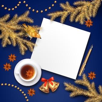 Kerst bovenaanzicht achtergrond met een blanco vel papier